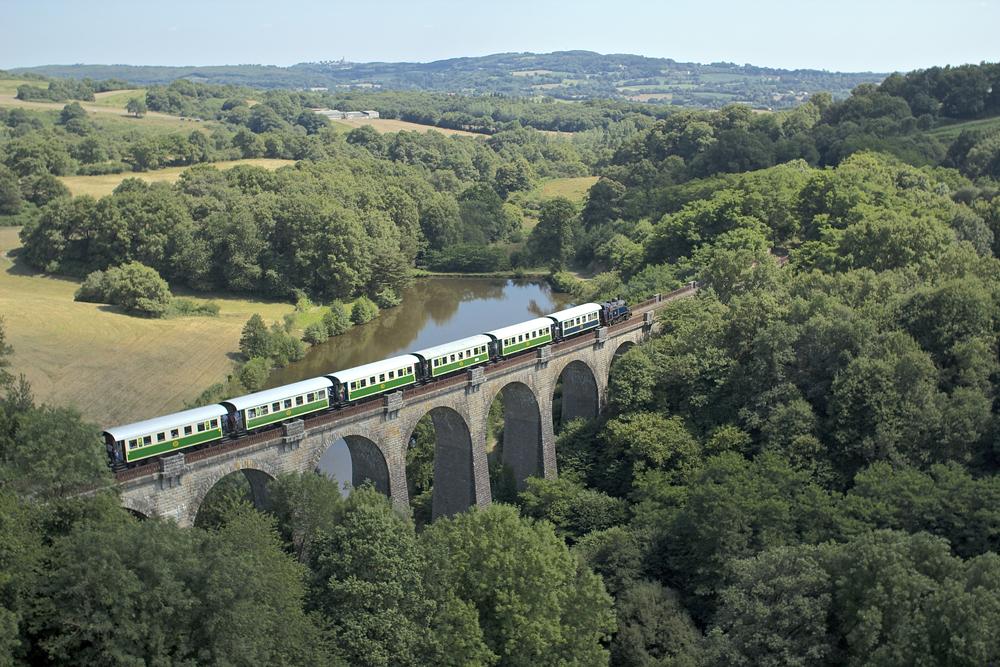 Train-a-Vapeur-sur-le-viaduc-de-Coutigny
