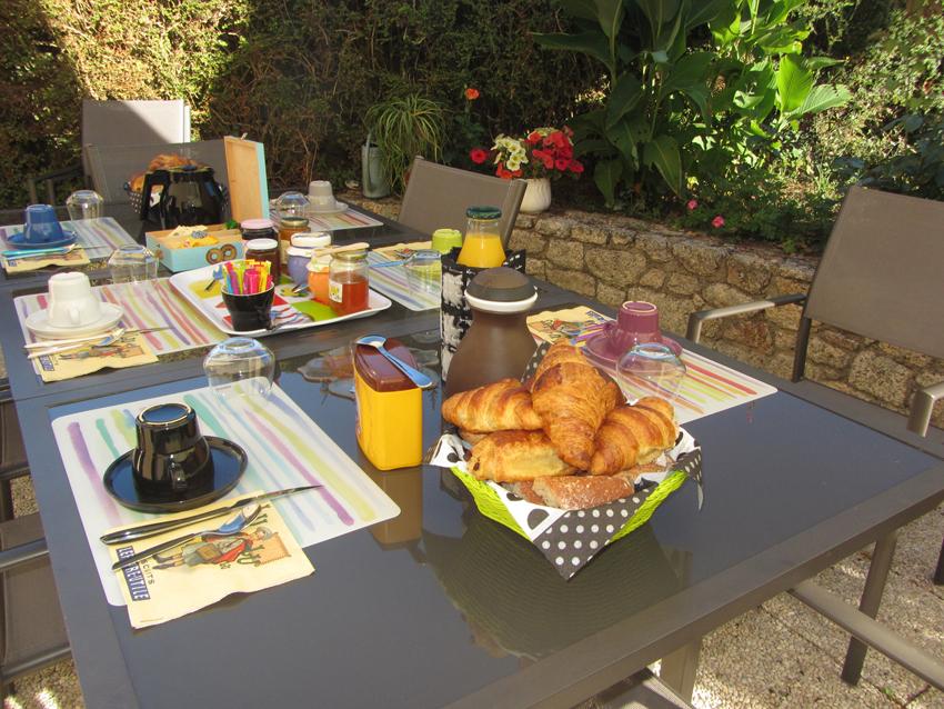 Petit-dejeuner-jardin-terrasse